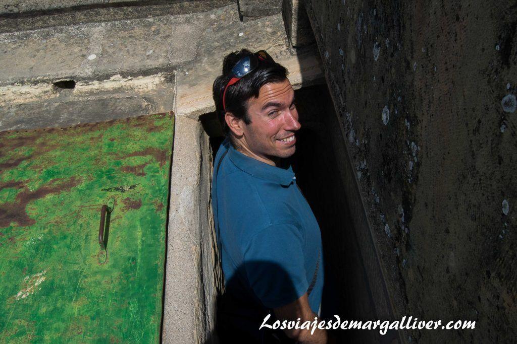 Kike bajando por una escalera muy estrecha de la Casa de la Piedra de Porcuna - Los viajes de Margalliver
